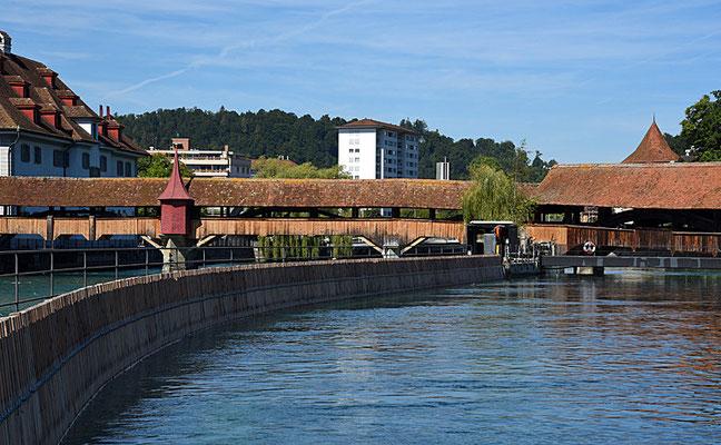 5138 / Woche 38 / Luzern, Nadelwehr mit Spreuerbrücke im Hintergrund