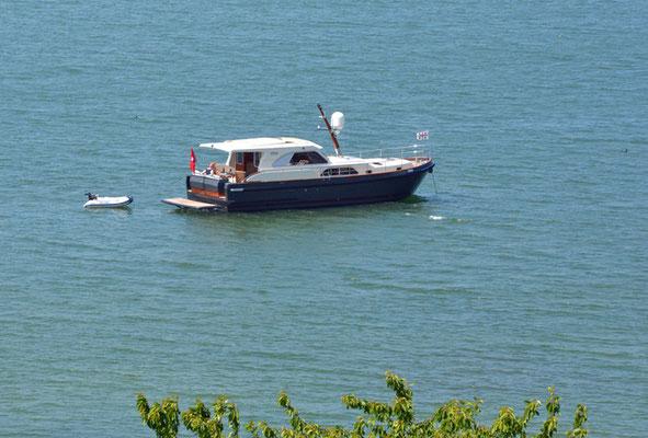 Nr. 5128 / Woche 28 / Blick von Murten auf Murtensee mit Boot