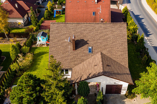 Dom pokryty gontem bitumicznym Timberline HD w kolorze Barkwood