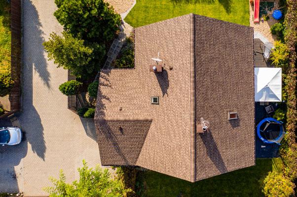 Widok z góry na dach pokryty amerykańskim gontem GAF