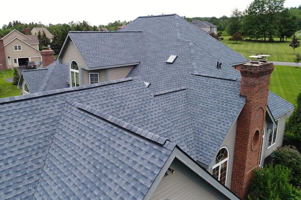 Na dachu widoczny gont marki GAF z linii Timberline HD w kolorze Biscayne Blue