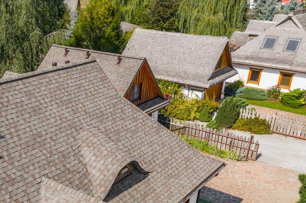 Efekt końcowy renowacji dachu za pomocą amerykańskiego gontu firmy CertainTeed model Landmark w kolorze Weathered Wood