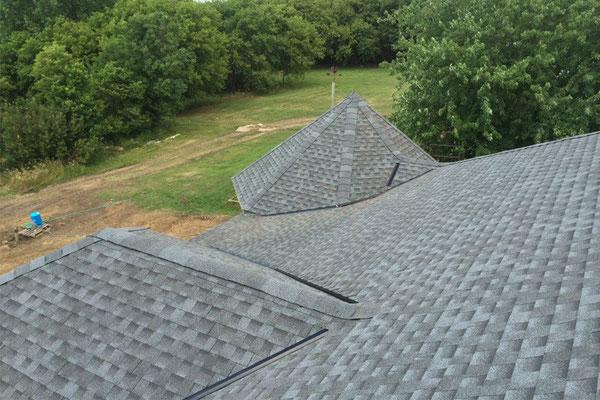 Na dachu widoczny gont marki Timberline HD w kolorze Pewter Gray