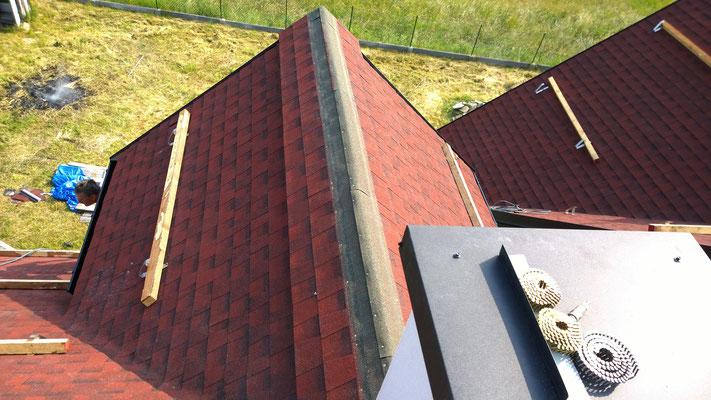 Montaż wentylacji kalenicowej pod gonty GAF Timberline HD w kolorze Patriot Red