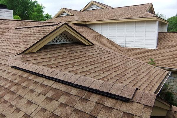 Na dachu widoczny gont marki Timberline HD w kolorze Shakewood