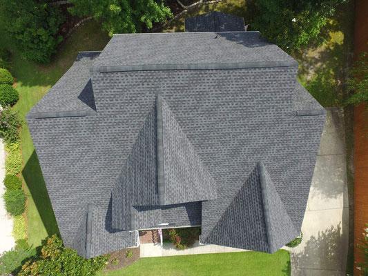 Na dachu widoczny gont marki Timberline HD w kolorze Charcoal