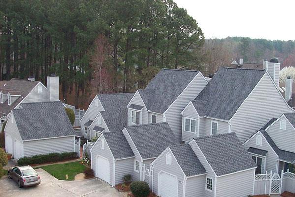 Na dachu widoczny gont marki GAF z linii Timberline HD w kolorze Pewter Gray