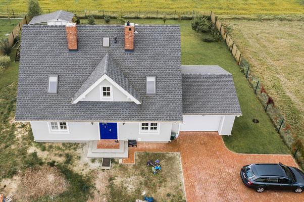 Prosty dwuspadowy dach pokryty gontem bitumicznym