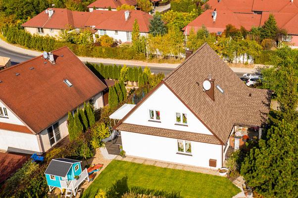 Biała elewacja połączona z brązowym dachem