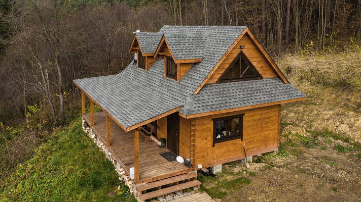 Dom z bala pokryty gontem bitumicznym GAF Timberline HD w kolorze Slate