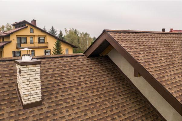 Dach pokryty amerykańskim gontem bitumicznym marki GAF model Timberline HD w kolorze Barkwood