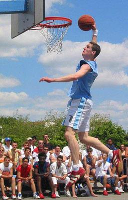 Basket de rue, concours de dunks.
