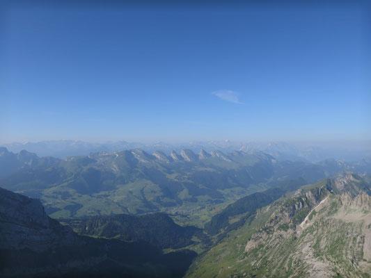 Die umliegenden Berge erstrahlen im Sonnenlicht