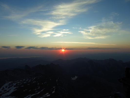 Am Horizot erscheint die Sonne