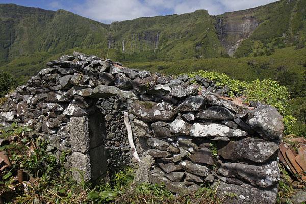 Verlassenes Haus vor einer Traumkulisse. Hier stürzen gleich mehrere Wasserfälle bis zu 100m in die Tiefe
