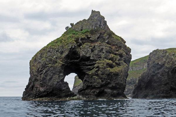 Bizarre Felsformationen vor der Küste von Flores