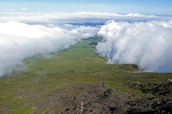 Manchmal treffen hier am Fuß des Picos 2 Wolkenfronten aufeinander, die nur noch einen schmalen Streifen Insel erkennen lassen. Wir hatten Glück und die Spitze des Berges blieb wolkenfrei.