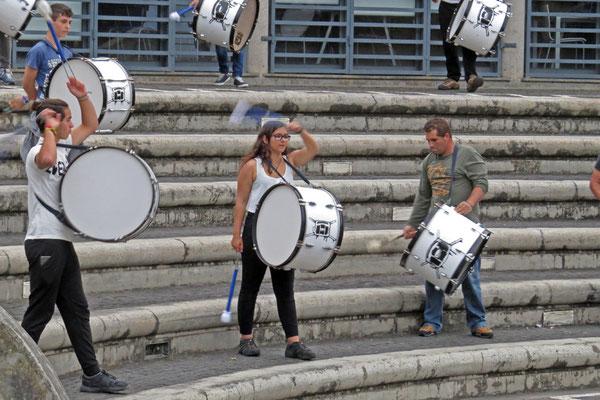 Hier wird kräftig getrommelt. Von weitem hört man den örtlichen Trommelverein der mit über 50 Mitgliedern ordentlich Rabatz macht.