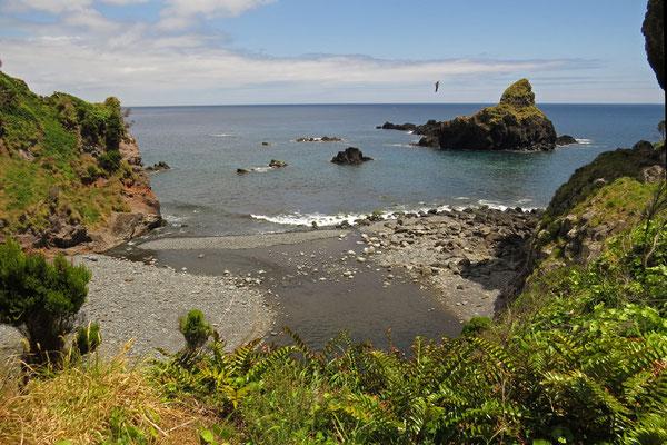 Malerische kleine Bucht im Nordosten von Flores