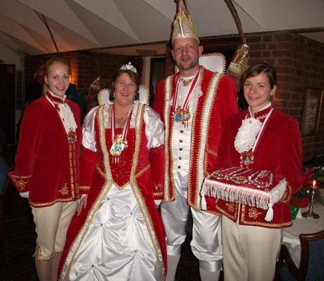 Ihre Lieblichkeit Prinzessin Wiebke I. Seine Tollität Prinz Sven I. mit den Pagen Egle (li.) und Maike (re.)