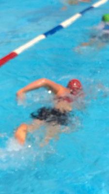 Samira am Schwimmen