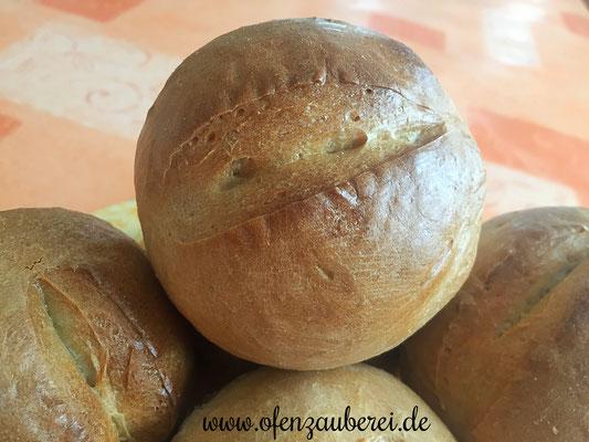 Frische, selbst gebackene Brötchen mit Dinkel vom Zauberstein von Pampered Chef®