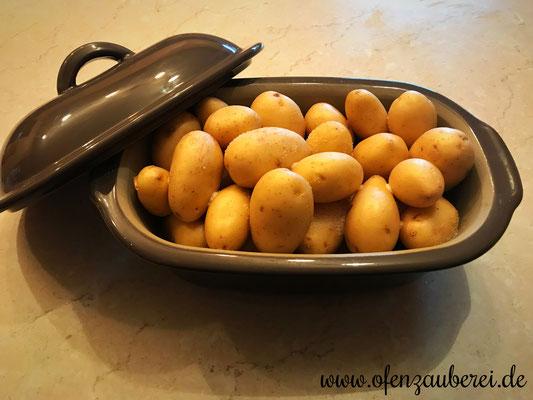 Rohe Kartoffeln mit etwas Wasser und Salz im kleinen Zaubermeister Lily von Pampered Chef®