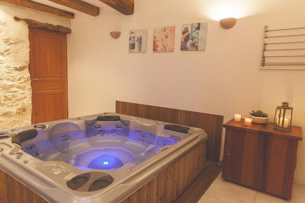 Un spa intérieur chauffé à 37° toute l'année. @lecorbeau-photo.com
