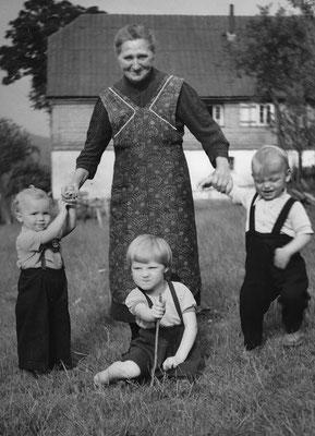 1956 mit ihren Enkelkindern Wilhelm aus Paderborn, Marianne aus Eslohe und ich (rechts)