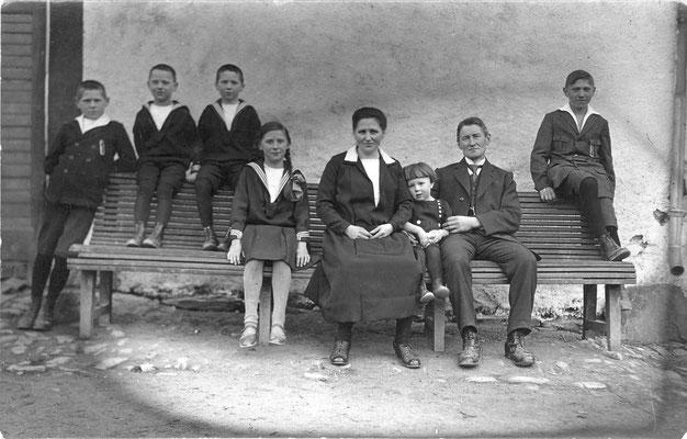 Die Familie um 1926 auf der Hausbank vorm Deelentor