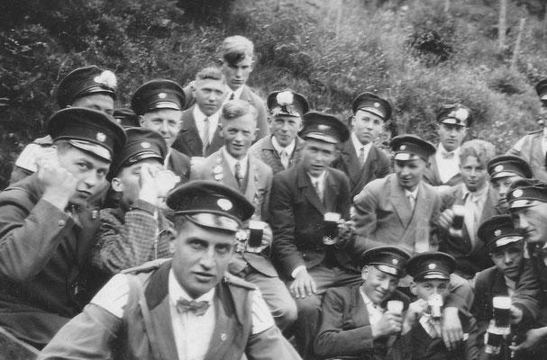 Gesellig: Josef beim Schützenfest um 1935