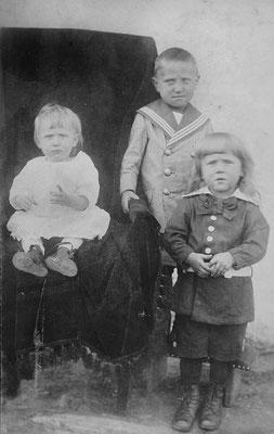 Aufregend für (v.l.) Maria, Josef und Wilhelm, 1918 beim Fotografen