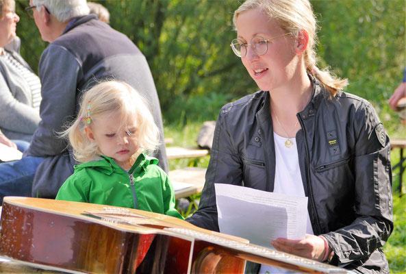 Fasziniert von dem Instrument ist die Kleine