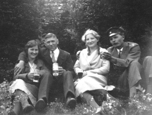 Die guten Zeiten genießen: Josef in angenehmer Begleitung, um 1935