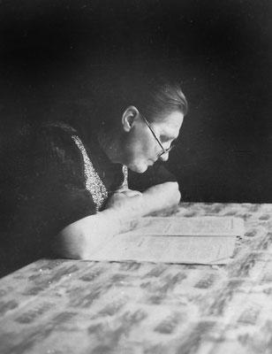 1955 beim Lesen der Zeitung