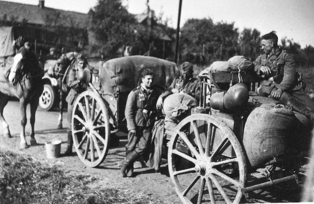 Das Artillerie-Regiment auf dem Weg nach Frankreich Sommer 1940 (Josef auf dem Wagen)