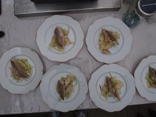 geräucherte Markrele auf Thai-Gurken-Birnen-Salat