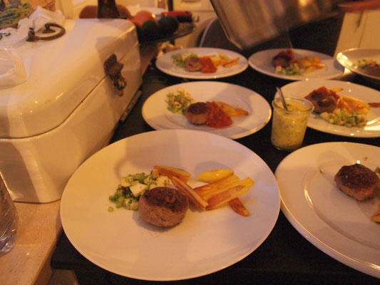 Frikadlle, Pommes und Selleriesalat