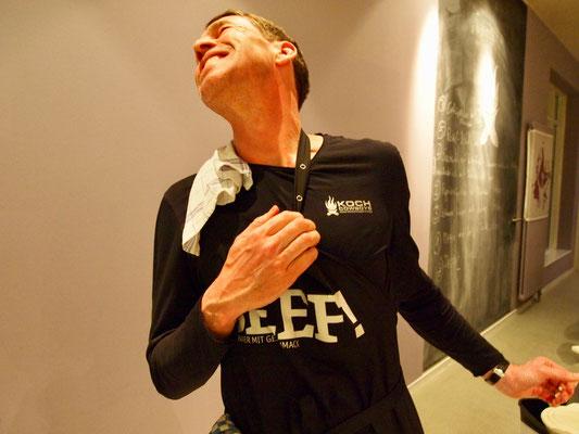 Jan im Kochcowboys Shirt und mit einer Schürze von BEEF!