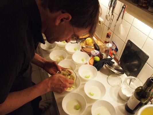 nun wurde der Speiseplan geändert und Marcel bereitet seine Kaltschale zu