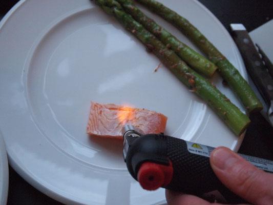nun wird der Lachs flambiert