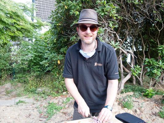 Stefan2 schnibbelt heute mit Sonnenbrille und Hut