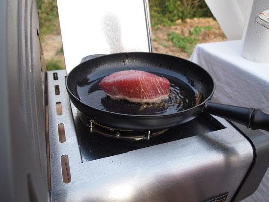 Grischa brät Thunfisch in der Pfanne auf dem Grill