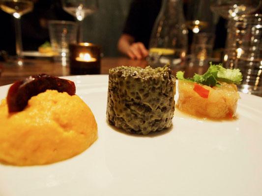 Süßkartoffelpü, schwarze Linsen und Chutney
