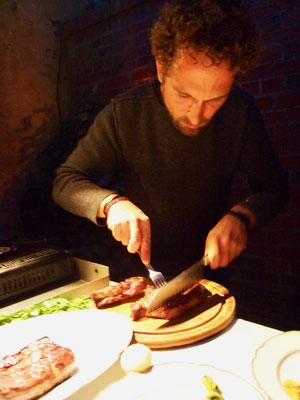 Fabian hat der Grill vorgeheizt und bereits seine Steaks gegrillt