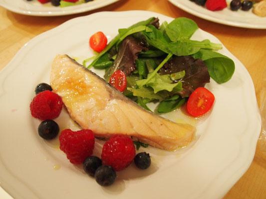 Lachs mit Salätchen und frischen Beeren an Gin Sauce