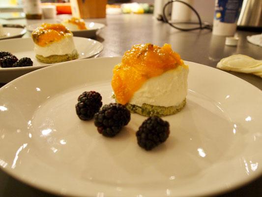 Brombeeren, Matcha Bisquit, Quark und Kumquat Marmelade