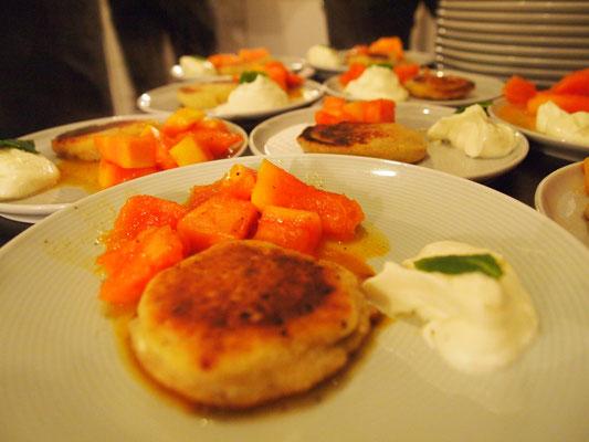russische Pfannküchlein mit Cheescake Sahne und Papaya