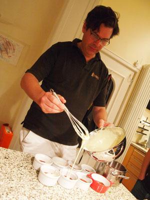 Massimo präsentiert sein Dessert in zwei kleinen Versionen