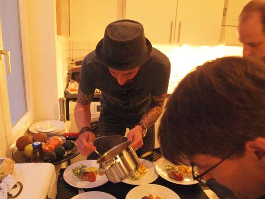 Sebastian Brugger ist zu Besuch bei den Kochcowboys und hilft gleich mit